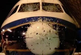 В Китае самолет серьезно побило градом при посадке