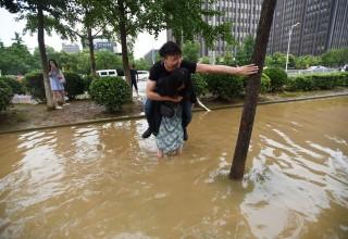 Китаянка перешла затопленную ливнями улицу с бойфрендом на спине