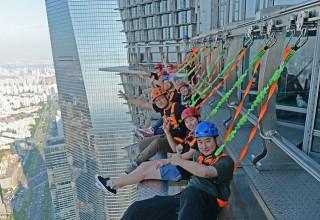 В Шанхае разрешили гулять по краю небоскреба