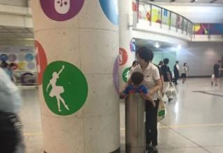 В Гонконге женщина бросила ребенка в мусорный бак в качестве наказания