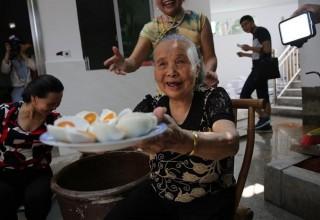 Пожилая китаянка подняла деревню онлайн продажами яиц