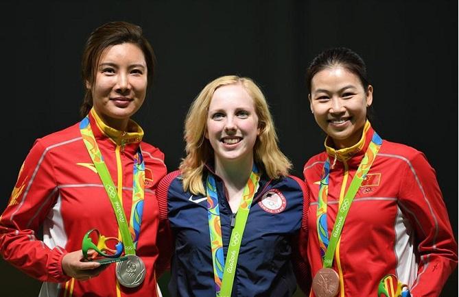 Ду Ли слева, Вирджиния Трэшер в центре, И Сылин справа