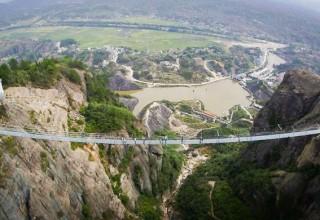 Самый длинный в мире стеклянный мост откроется в Китае
