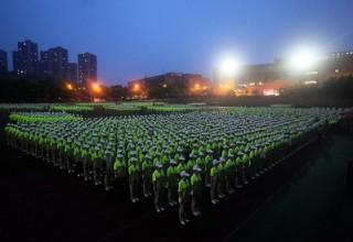 В Китае светящаяся форма превратила военную подготовку в представление