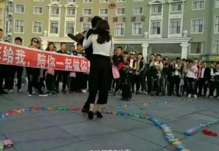 Набор китайского Ромео: 999 пачек презервативов, букет из трусиков и Porshe