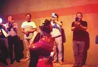 Китайская пара поженилась в тоннеле, застряв в пробке по дороге на свадьбу
