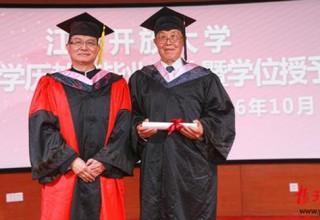 Учиться никогда не поздно: китаец стал выпускником бакалавриата в 88 лет