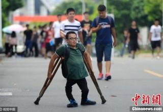 Через тернии к звездам: история китайского парня-инвалида, который поступил в университет