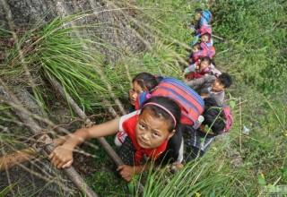Дети из китайской деревни добираются до своей школы по лестницам на отвесной скале