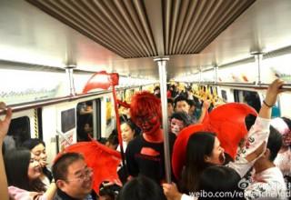 Китайцы сделали косплей на фильм ужасов в городском метрополитене