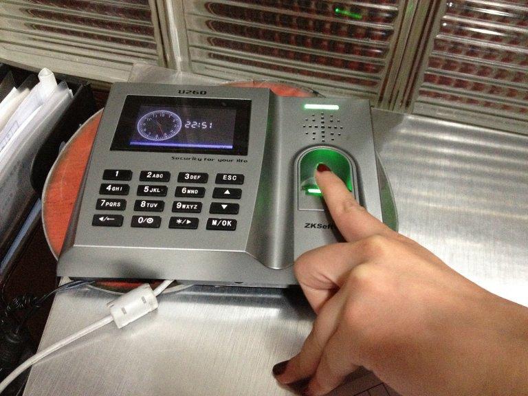 отпечаток пальца в банке