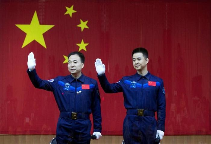 Китайские астронавты Цзин Хайпэн (слева) и Чэнь Дун на пресс-конференции перед запуском корабля. Фото: Reuters