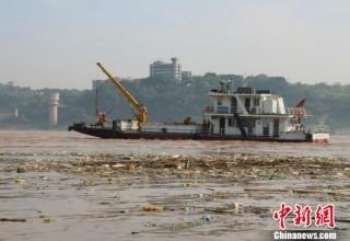 Экокатастрофа на Янцзы: ночью в реку вывалили 2000 тонн мусора