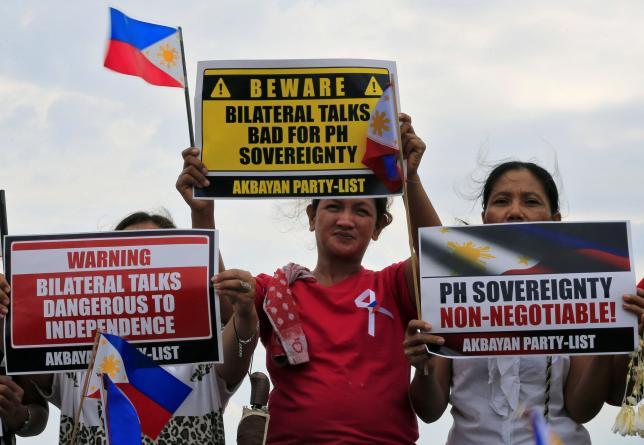 Активисты в Маниле на митинге в поддержку филиппинских прав в Южно-Китайском море. Фото: Reuters