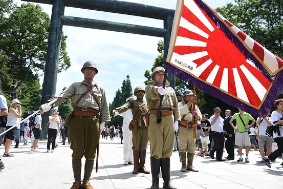 Японцы, одетые в форму времен Второй мировой войны, у синтоистского святилища Ясукуни. Фото: Getty Images