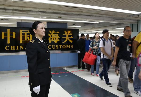 ВКитайской республике задержали контрабандиста сботинками, полными бриллиантов