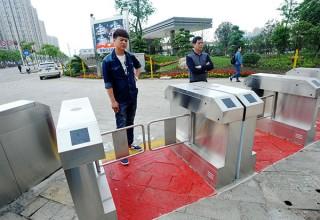 В Китае пешеходные переходы оборудуют турникетами