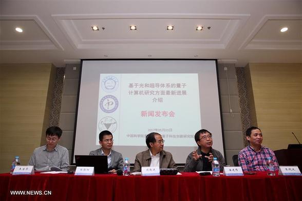 Пань Цзянвэй с коллегами на пресс-конференции в Шанхае. Фото: News.cn