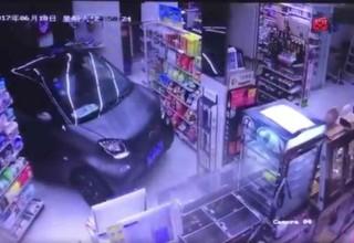 В Китае ленивый мужчина заехал на машине внутрь магазина, сделал покупку и уехал