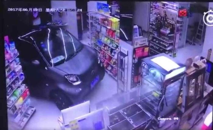 В Китае водитель буквально заехал в магазин за покупками