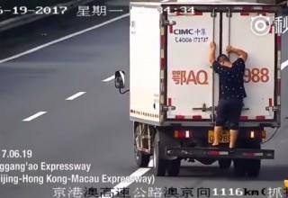 В Китае водитель прикрыл номер своим пассажиром, чтобы избежать штрафа
