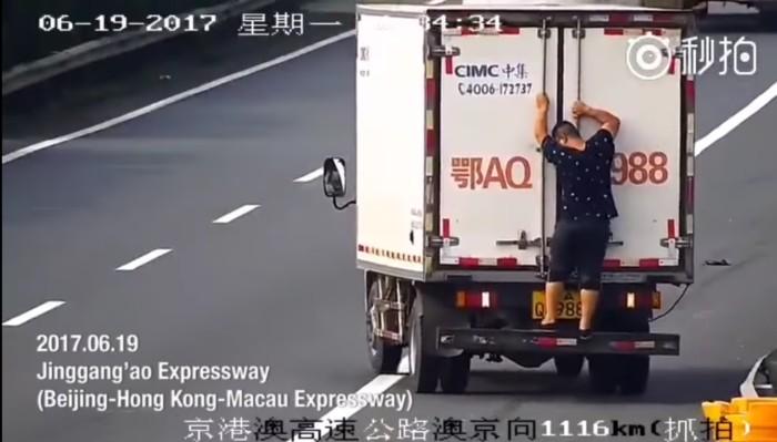 В Китае водитель попытался закрыть номер машины, проехав задом наперед