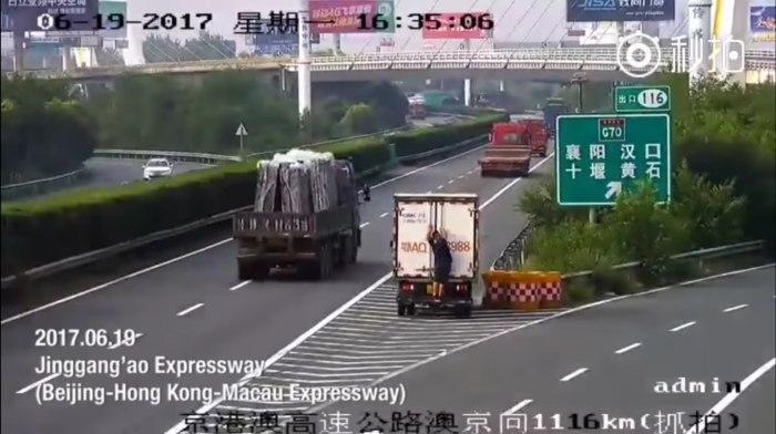 В Китае водитель и его пассажир попытались скрыться от дорожной видеокамеры