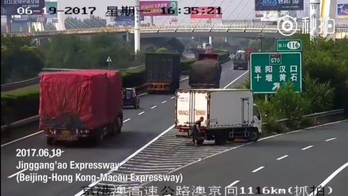 В Китае водитель, проехавший по трассе задним ходом, получит штраф