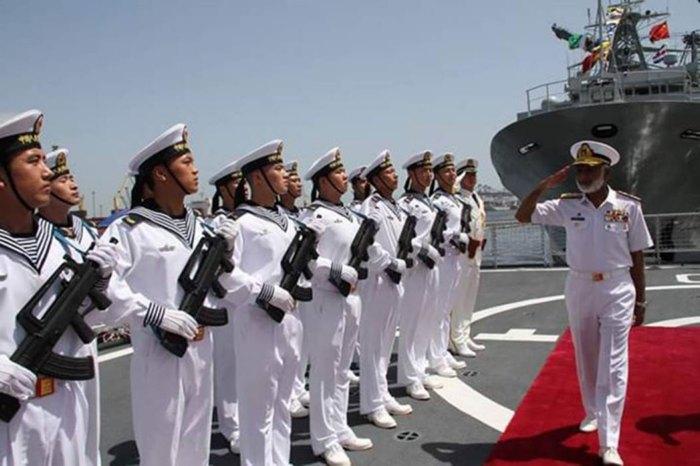 Начальник морского штаба, адмирал Мухаммед Закауллах, приветствует моряков НОАК в порту Карачи, Пакистан