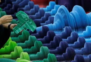 Китайский дизайнер делает оружие из бумаги ради мира на Земле (ФОТО)