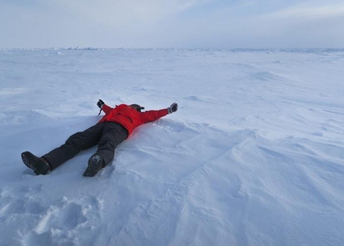 Счастливый турист на Северном полюсе.