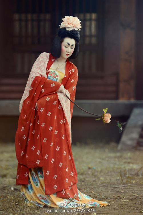 Девушка, одетая и накрашенная по моде династии Тан. Фото: iaweg.com