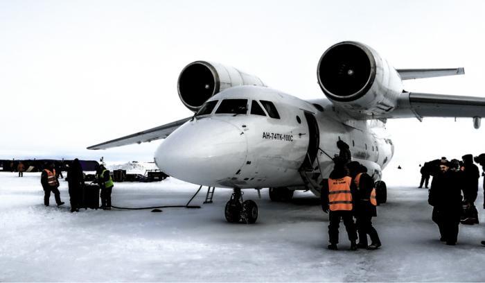 Российский самолет АН-74 на взлетно-посадочной полосе станции Барнео.