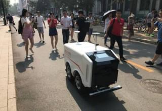 В Китае начали работать первые роботы-курьеры