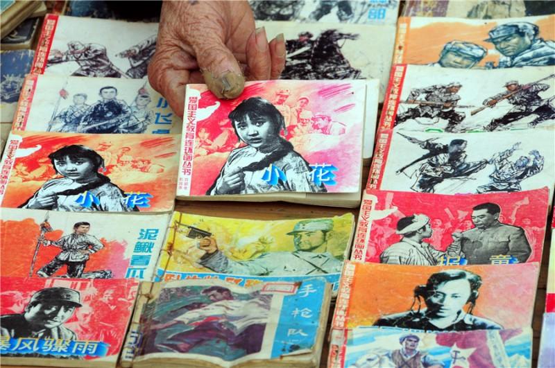 80-летний мужчина показывает свою коллекцию иллюстрированных книг. Фото: Fang Dehua/Asianewsphoto
