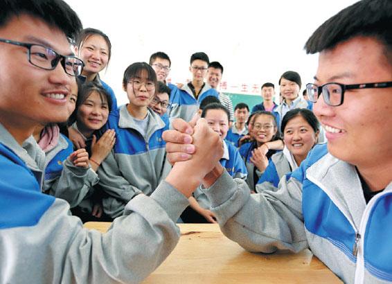 Учащиеся средней школы в деревне Дунхай, провинции Цзянсу, пытаются снять напряжение перед предстоящими вступительными экзаменами в университеты гаокао. Фото: China Daily