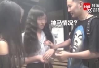В Китае мошенник притворялся уличным магом, чтобы трогать девушек