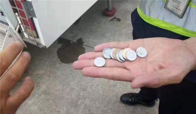 """В Китае женщина бросила в турбину самолета девять монет """"на удачу""""."""
