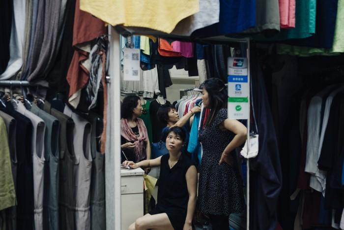 Шанхайский рынок одежды, который позволяет клиентам оплачивать покупки с помощью приложений Alipay и WeChat