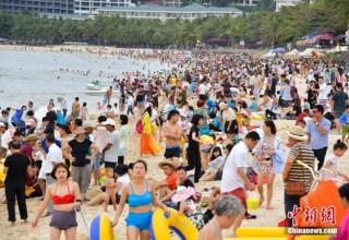 «Мест нет»: китайский курорт Санья не справляется с наплывом туристов
