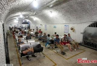Китайцы спасаются от экстремальной жары в бомбоубежищах