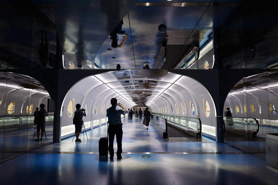 Пассажиры аэропорта снимают на камеры коридор Хайтянь.