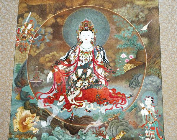 Вышивка с изображением богини Гуаньинь в окружении ее символов – воды и луны. Фото: China Daily