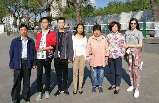 Фото: Фото: fsonline.com.cn. Слева направо: биологический отец, младший брат, Цю, биологические мать и бабушка. Приемная мать и сестра.