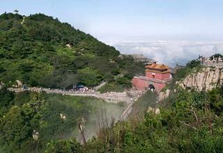 Сила любви: китаец поднял парализованную жену на вершину горы Тайшань