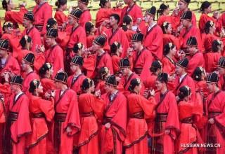 В Китае 100 пар приняли участие в коллективной свадебной церемонии