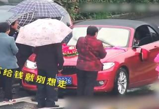 Выкуп невесты по-китайски: попрошайки блокируют свадебные кортежи