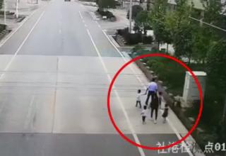 В Китае пьяный водитель без прав сбил семью из шести человек