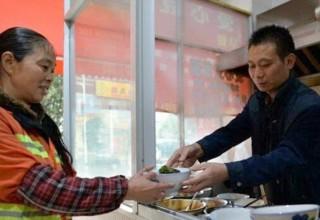 «Добрый лаобань»: в Китае владелец кафе раздает лапшу дворникам бесплатно