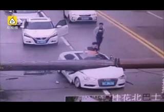 Родился в рубашке: в Китае водитель выжил после падения на его автомобиль строительного крана